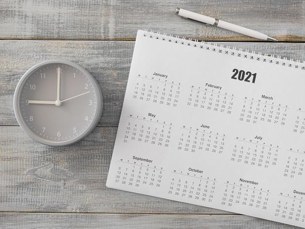 calendrier et horloge sur un bureau
